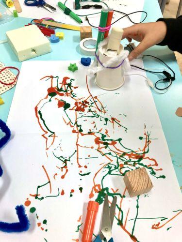 robot disegnatore creato da un bambino durante il laboratorio condotto da dotik