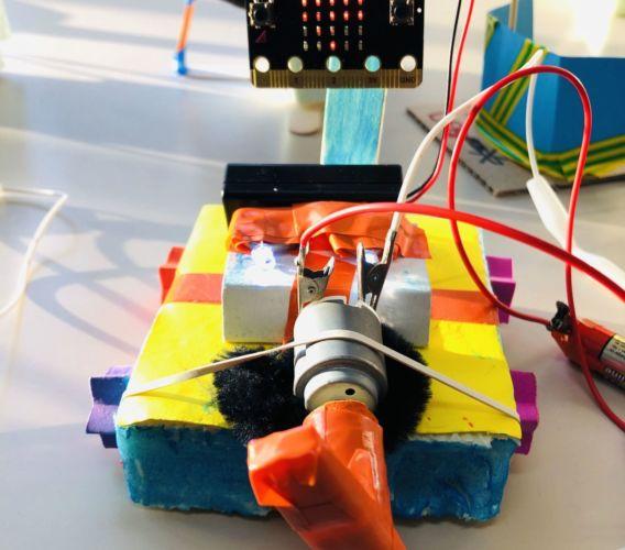 robot disegnatore creato da un bambino per il laboratorio sa domu pitticca realizzato da dotik